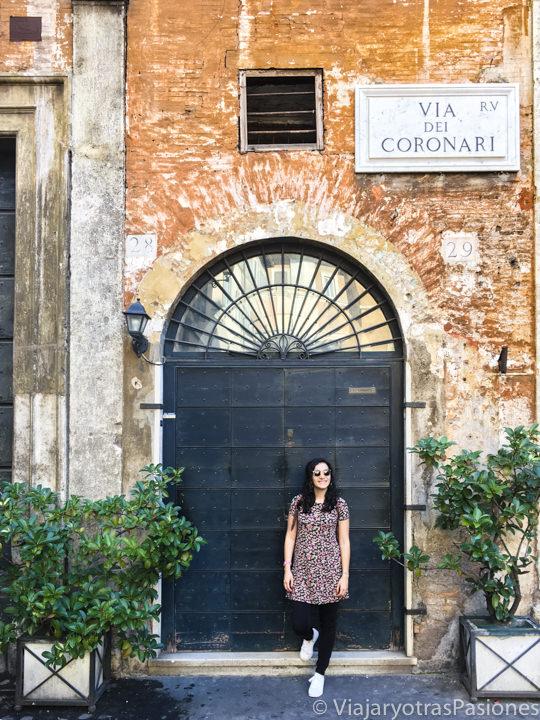 Típico y hermoso rincón en Via de Coronari en el centro de Roma, Italia