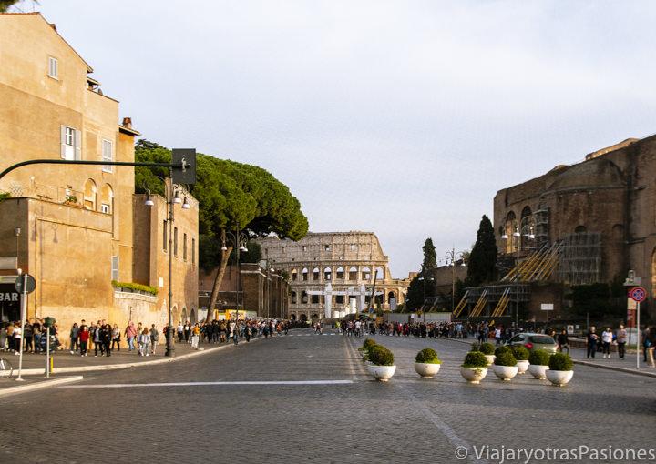 Panorámica de la famosa via dei Fori Imperiali en Roma, Italia