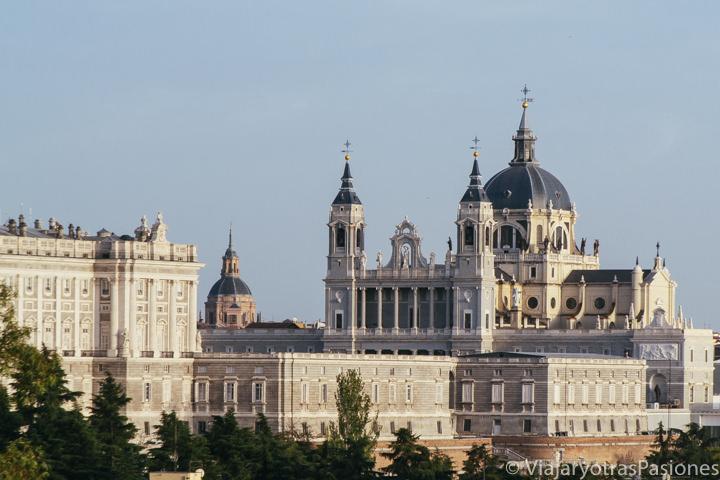 Espectacular vista de la Catedral de la Almudena desde el Templo de Debod, en Madrid