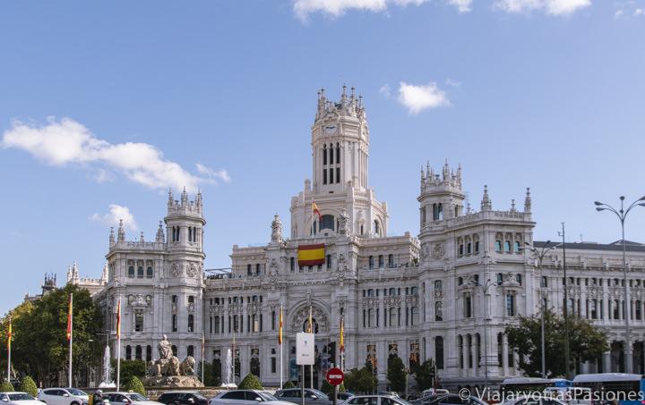 Hermosa fachada del famoso Palacio de Cibeles en Madrid, España