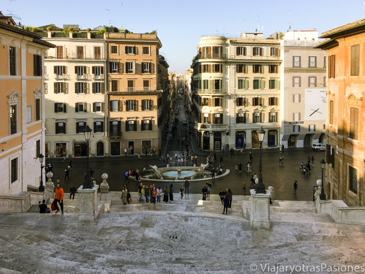 Vista de Via Condotti y de la famosa Piazza di Spagna en Roma, en Italia