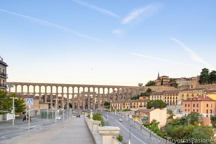 Panorama del espectacular acueducto de Segovia, España
