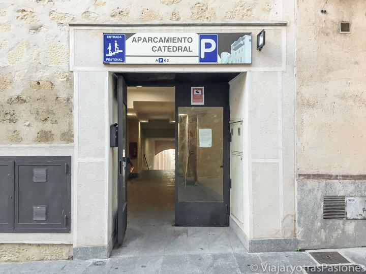 Entrada del aparcamiento de la catedral, en el centro de Segovia, España