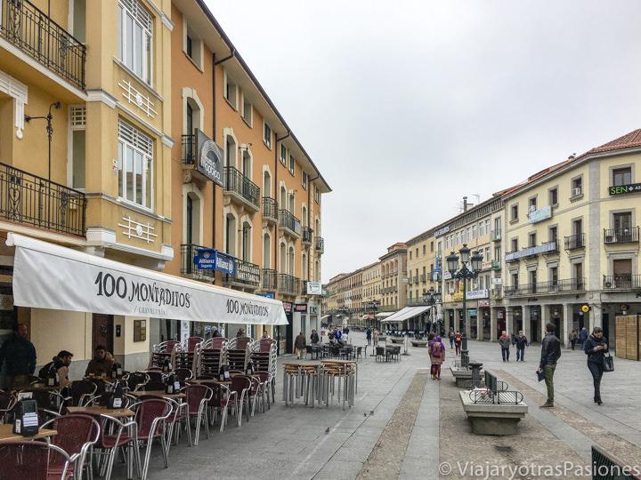 Panorama de los restaurantes en la Calle del Acueducto de Segovia, España
