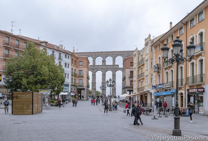 Bonita vista del famoso Acueducto romano de Segovia desde la Avenida, España