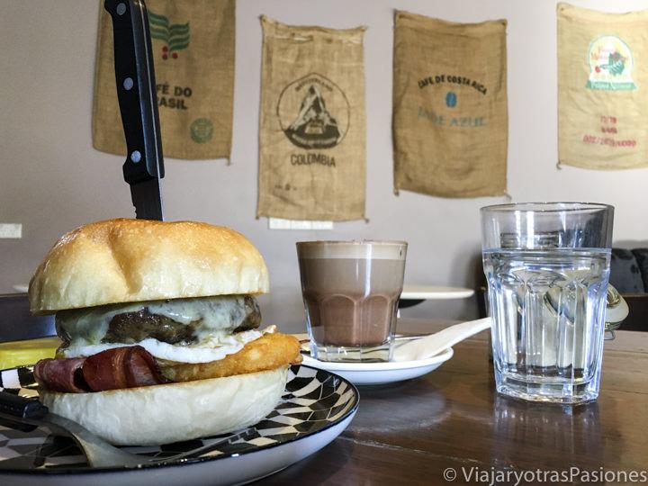 Típico desayuno en al café Gone Awol en Hobart, Tasmania