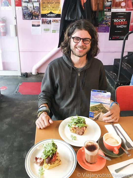 Haciendo brunch en un café de Criterion Street en Hobart, Australia