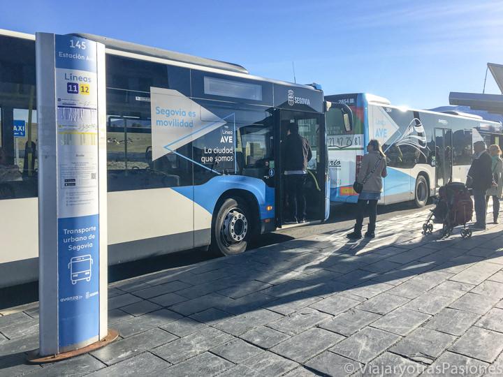 Parada de los buses en frente a la estación del tren de Segovia, España