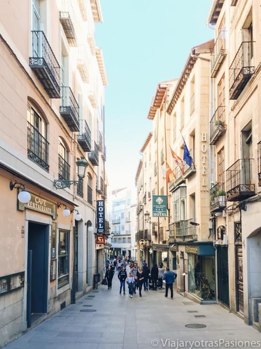 Vista de la característica y peatonal Calle Real en el centro de Segovia, España