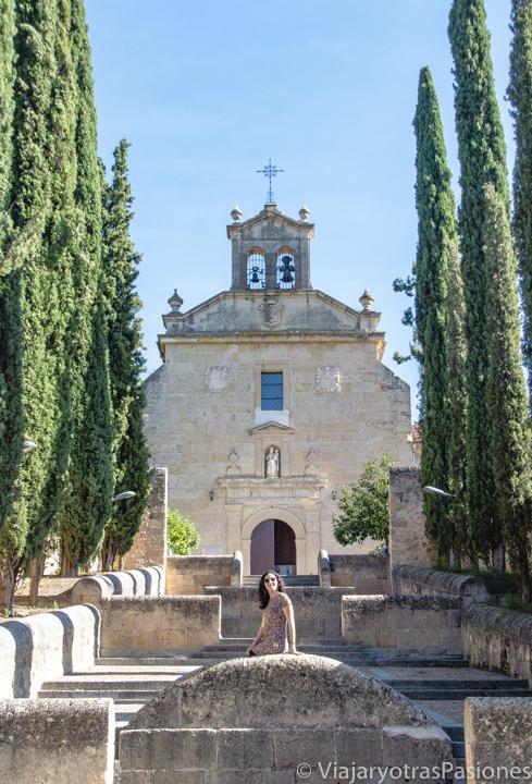 Entrada con escaleras del Convento de San Juan de la Cruz en Segovia, España