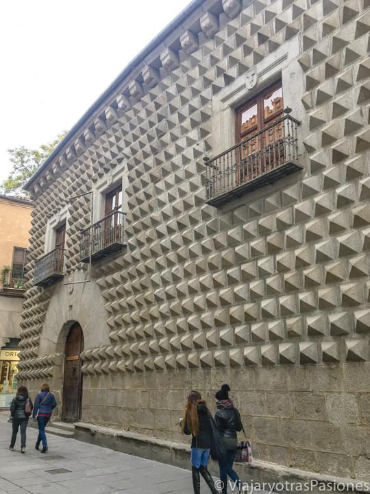 Característica fachada de la Casa de los Picos en la Calle Real de Segovia, España