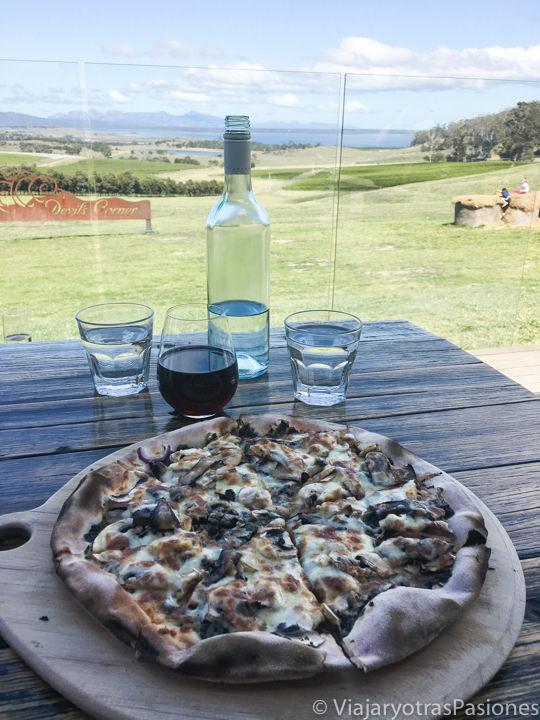 Deliciosa pizza comida en el Devil's Corner en el este de Tasmania