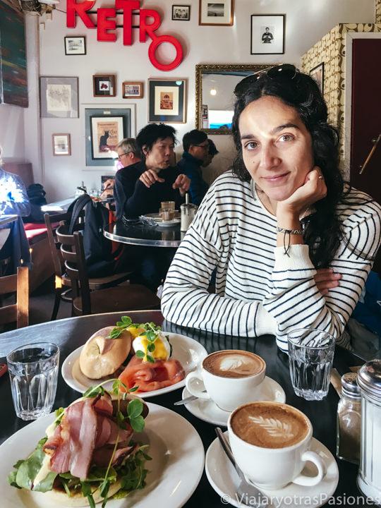 Sabroso brunch en el Retro cafe de Salamanca Place, Hobart