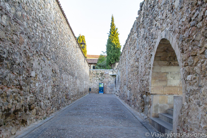 Detalle del Acueducto de Segovia cerca del Postigo del Consuelo, en España