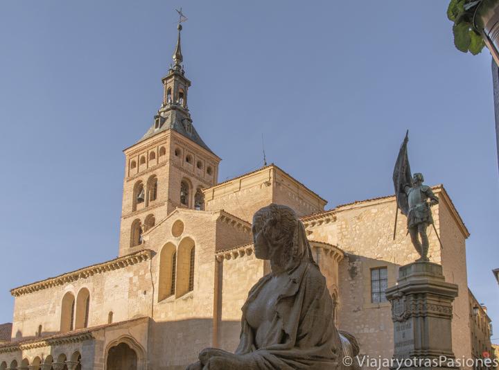 Bonita vista de la iglesia de San Martín con sus famosas estatuas, en Segovia