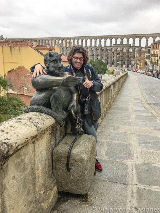 Imagen del la estatua del diablillo cerca del acueducto de Segovia, España