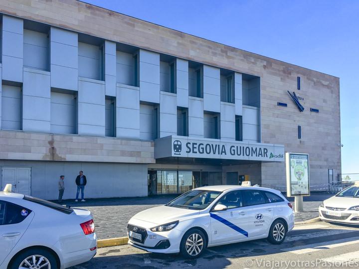 Entrada de la estación de Segovia Guiomar y taxis esperando, España