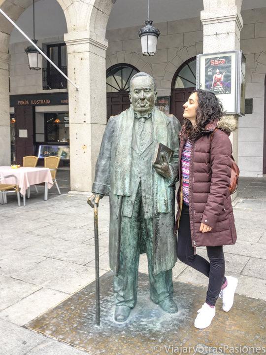 Estatua del famoso poeta Machado en la Plaza Mayor de Segovia, en España