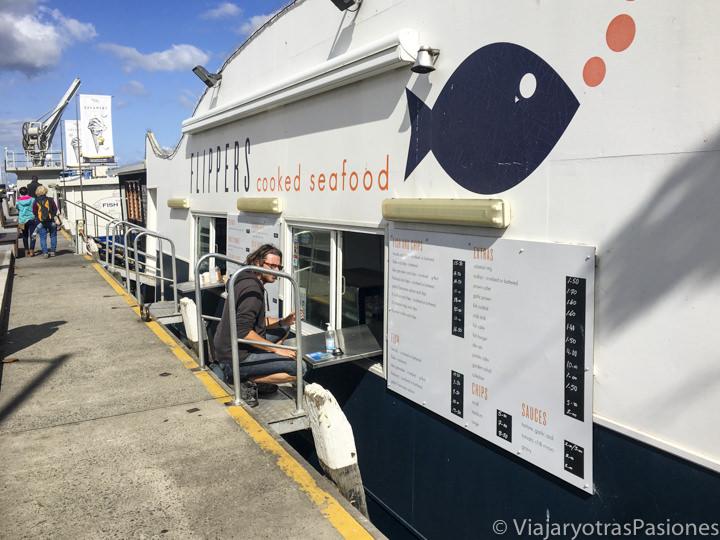 Comiendo pescado en Flippers en el puerto de Hobart, Australia