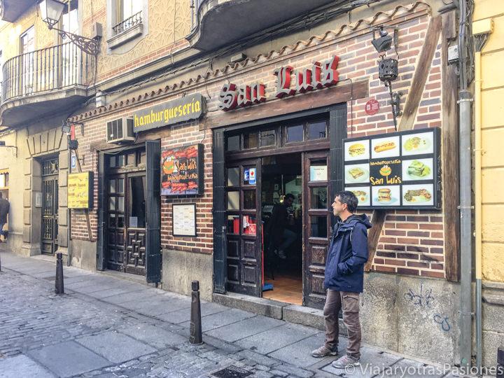 Fachada della hamburguesería San Luis cerca de la catedral de Segovia, España