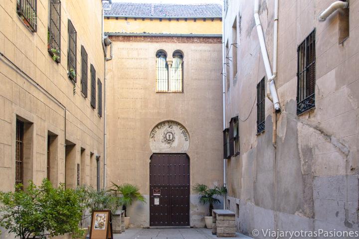 Entrada de la iglesia del Corpus Christi en el centro de Segovia, España