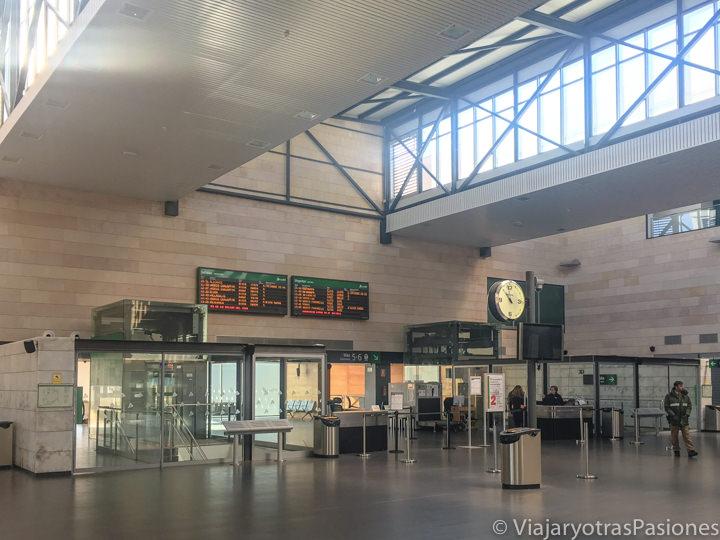 Interior de la estación de AVE de Segovia, España