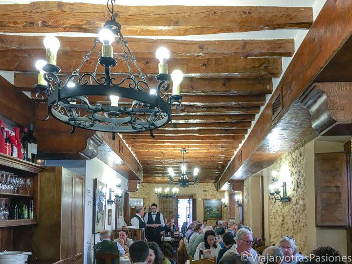 Interior del famoso restaurante de El Sitio en Segovia, España