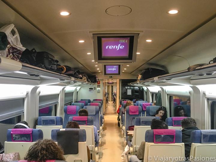 Interior del tren que viaja entro Segovia y Madrid, España