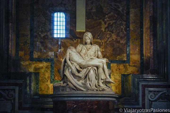 Espectacular vista de la famosa estatua de Michelangelo, La Pietà, en la basílica de San Pietro, Roma
