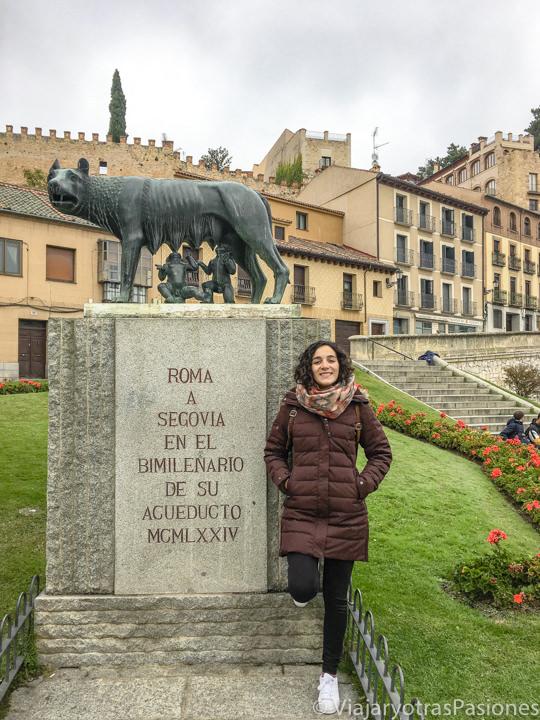 Vista de la famosa estatua de la Loba Capitolina en frente del Acueducto de Segovia, España