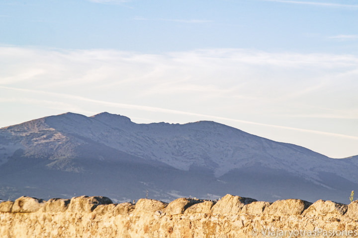 Bonita vista de la montaña de la Mujer Muerta cerca de Segovia, España