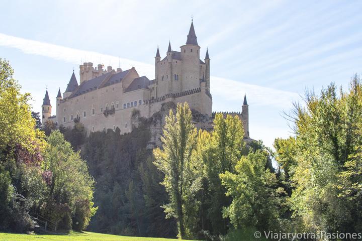 Increíble panorama del Alcázar de Segovia desde la pradera de San Marcos, España
