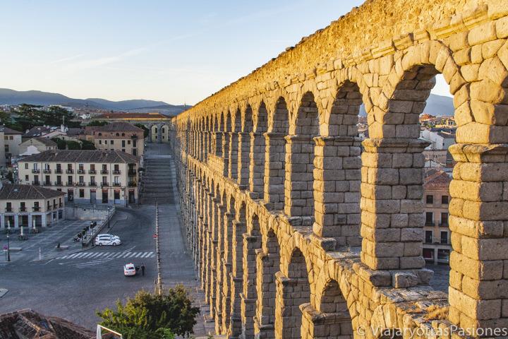 Espectacular amanecer desde el mirador del Postigo del famoso acueducto de Segovia, España