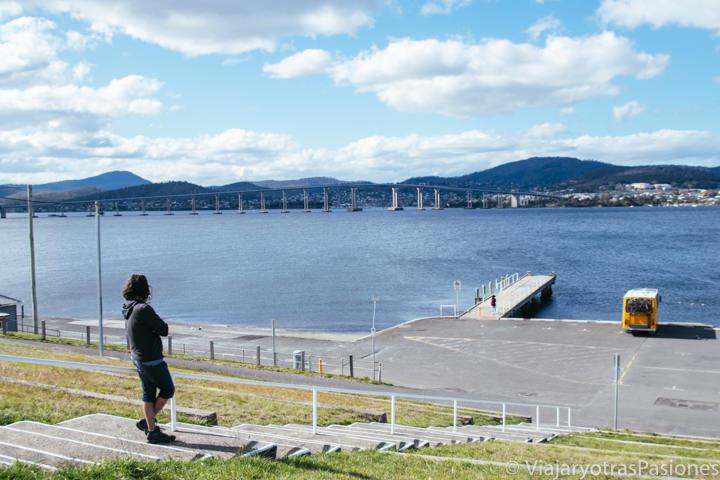 Vista del bonito rio Derwent y del Tasman Bridge en Hobart, Australia