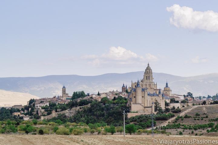 Bonita imagen de la ciudad de Segovia desde el punto limpio, España