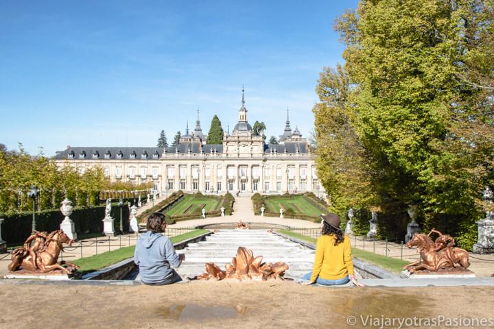 Pareja frente al bonito palacio real de La Granja de San Ildefonso en España