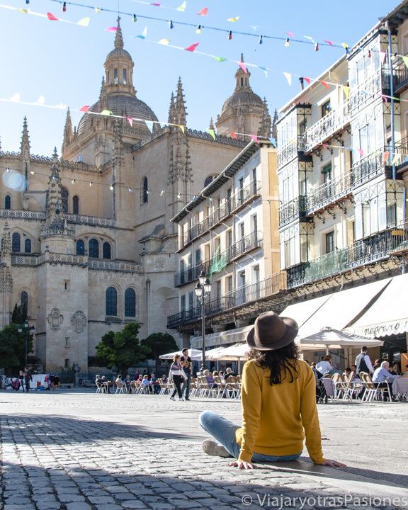 Espectacular vista de la Catedral desde la Plaza Mayor en Segovia, España