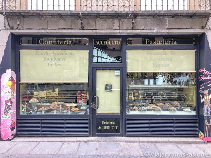 Fachada de la famosa pastelería El Acueducto en la Calle Cervantes de Segovia, España
