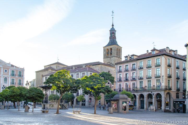 Delicioso rincón de la Plaza Mayor en Segovia, en España