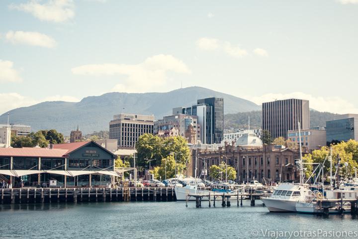 Imagen del waterfront de Hobart con el Mount Wellington atras, Tasmania