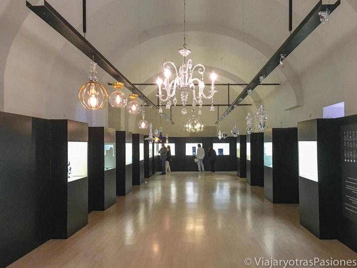 Exhibición en el interior de la Real Fabrica de Cristales en La Granja de San Ildefonso, España