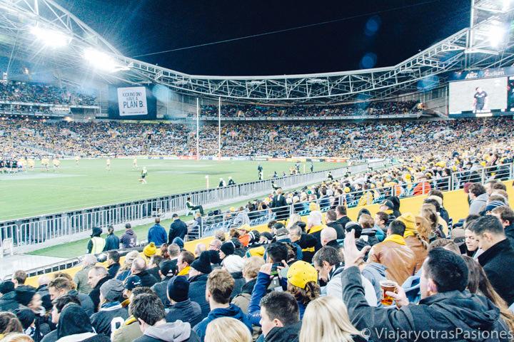 Interior del estadio olímpico en un importante partido de Rugby en Sydney, Australia