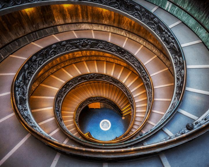 Imagen de la famosa escalera de Bramante en los museos vaticanos en Roma, Italia