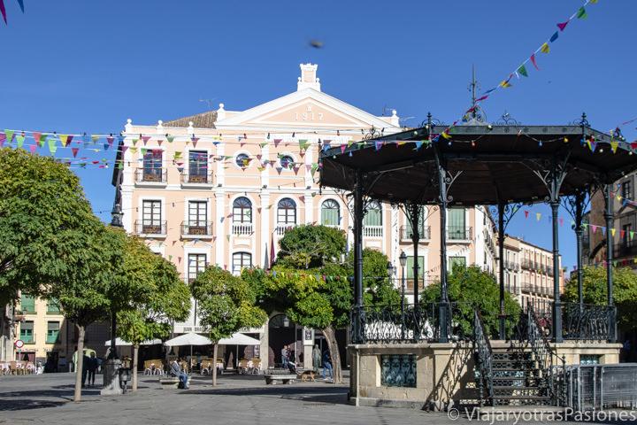 Imagen de la fachada del teatro Juan Bravo en la Plaza mayor de Segovia, España