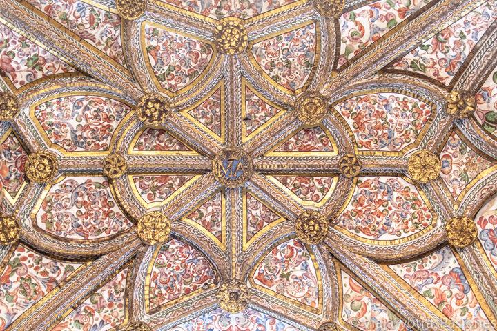 Hermoso detalle del techo de la Catedral de Segovia, España