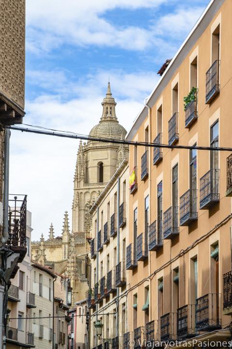 Espectacular vista de la Catedral de Segovia desde la Calle Real, España