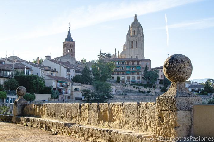 Vista hacia el centro histórico de Segovia desde la Plaza de la Reina Victoria Eugenia, España