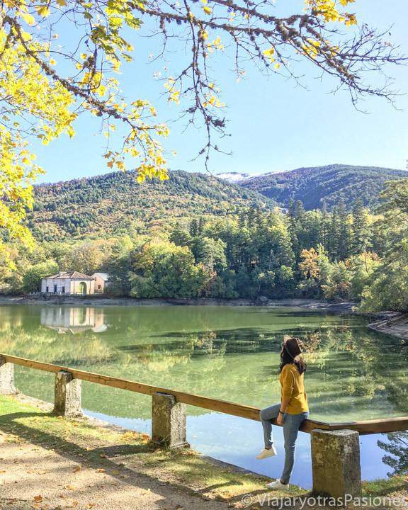 Panorama del bonito lago de los jardines del Palacio de La Granja de San Ildefonso, España