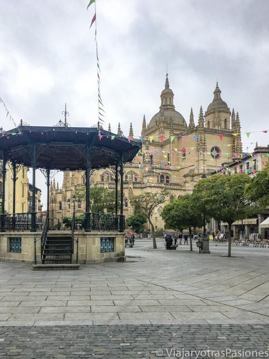 Bonita vista de la famosa Plaza mayor de Segovia, en España