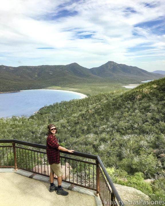 Vista desde el mirador de Wineglass Bay en Tasmania, Australia